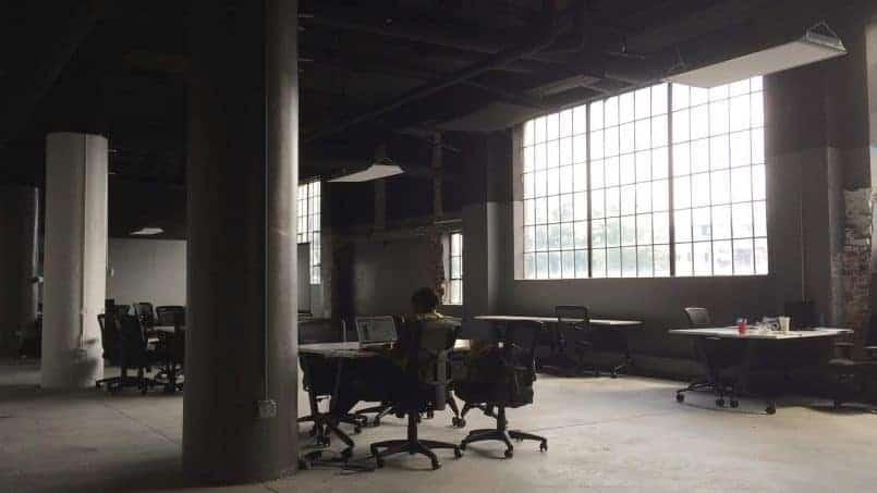 Foto nave industrial con oficina dentro medio vacía