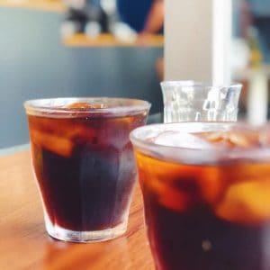 Vasos de cristal transparente Duralex Picardie para Cata de Café a la Brasileña en una mesa de madera relleno de Cold Brew Frío.