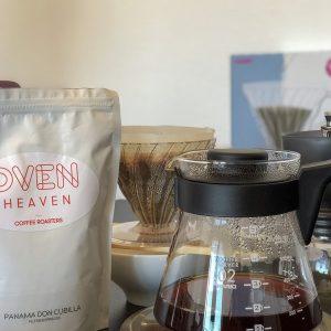 Hario V60 Kit para preparar café de filtro encima de una báscula con bolsa de café de especialidad y molinillo.